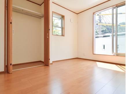 3階の洋室から山の緑を望める憩いのスペース