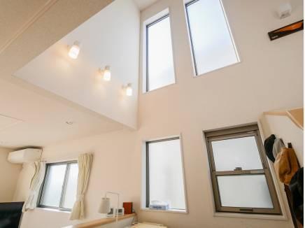 自然光が室内に入りやすい考えられた採光窓