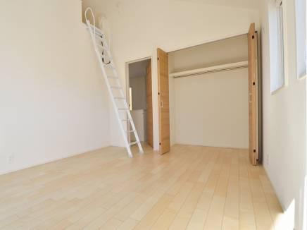 天井が高く上部にロフトがある7帖の洋室