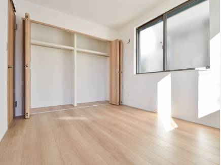 たっぷりの収納スペースを完備した洋室