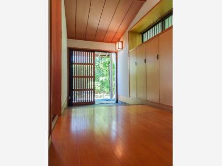 木の温もり溢れる明るい玄関