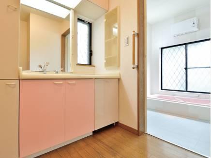 ゆったりサイズの洗面室・バスルーム