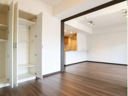 リビング横の洋室は用途多様に使用可能