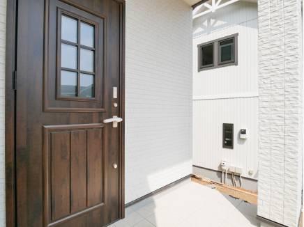 南欧風の玄関ドアが可愛らしいですね