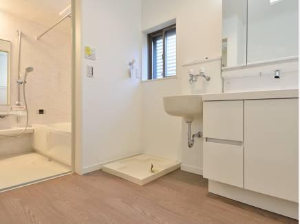 ゆとりある洗面室には用途多様に使える洗面台を完備