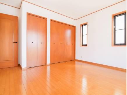 木の温もり溢れる洋室には豊富な収納を完備