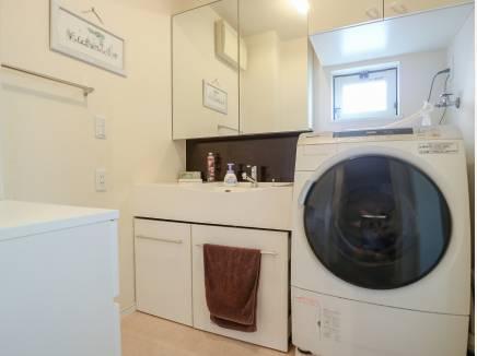 大きな洗濯機も置ける広々としたパウダールームです。
