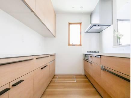 備え付けのキッチンカウンターにはたっぷり収納できます