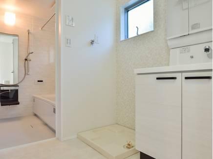 洗面室・バスルームにも窓がありますので、換気もバッチリ