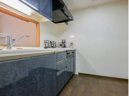 落ち着いた色合いの対面キッチン