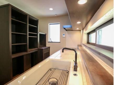 信楽焼きのタイルを使用したキッチンには収納スペースもたっぷりです。