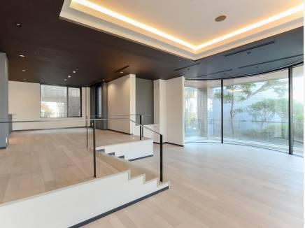 大きい窓と折り上げ天井が開放感を演出してくれるLDK