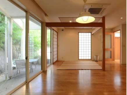 障子や天井の格子、木柱がゆるやかに空間を仕切る素敵な畳コーナーです。
