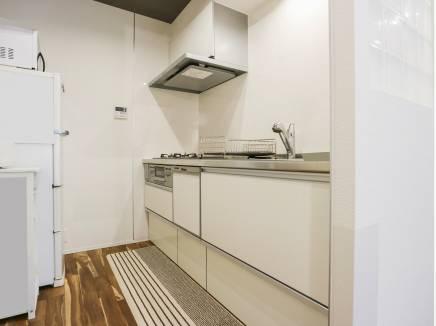 白を基調としたキッチンは収納も豊富