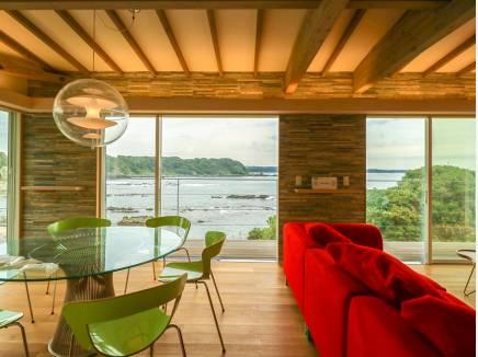 窓が広く、陽当たりと心地良い海風を感じられる28帖超のLDK