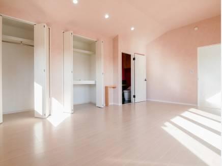 淡いピンクが可愛らしい13.2帖の洋室