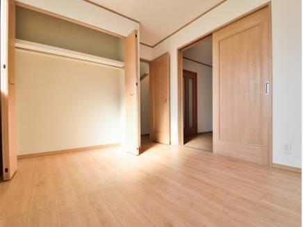 用途多様に使えるリビング横の洋室