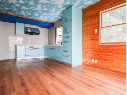 パステルブルーの可愛らしい2階キッチン