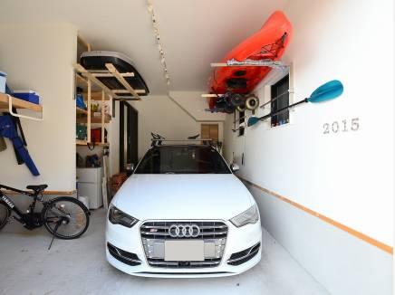 雨に濡れずに玄関まで行けるシャッター付ガレージ。