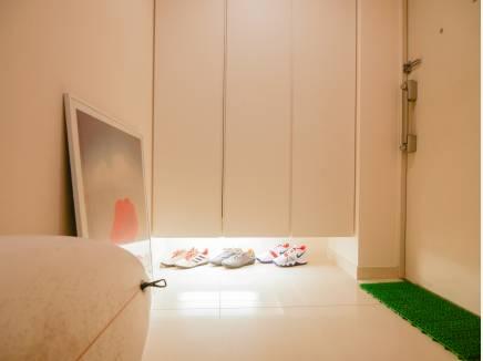 広い玄関は間接照明が素敵な雰囲気を演出してくれています