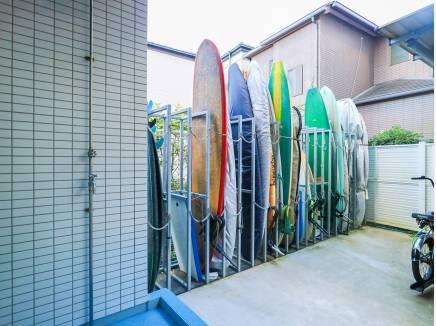 海の街なので、サーフボード置場もあります!