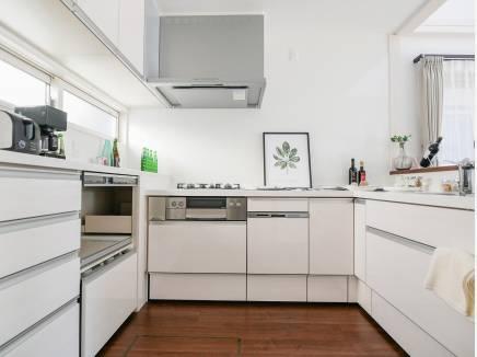 広いカウンターキッチンは収納も豊富