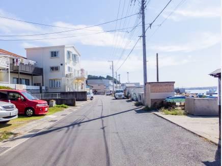 前面道路も広く、開放感のある環境