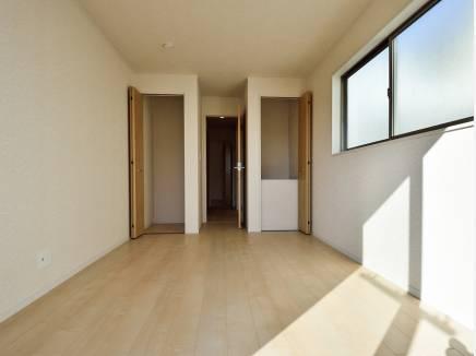 豊富な収納スペースが魅力的な6.5帖の洋室
