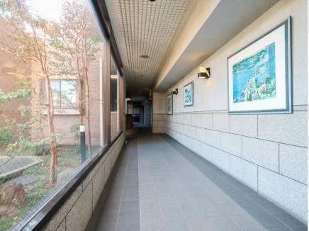 外の景色を味わえる明るい廊下