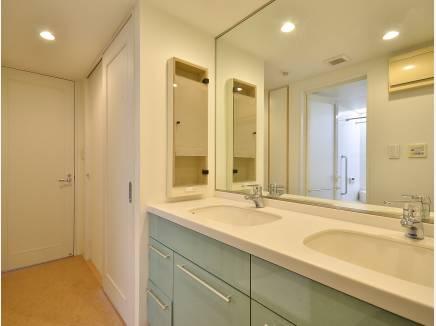 朝の忙しい時間に嬉しい 洗面スペースが2つ設置されております。