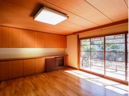 陽光が存分に差し込む居間は明るい雰囲気