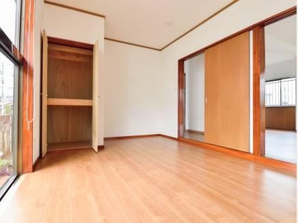 リビング横の洋室は用途に応じてドアを開け閉めして使えそう
