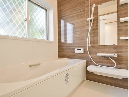 大きな窓があり換気がバッチリできる広々バスルーム