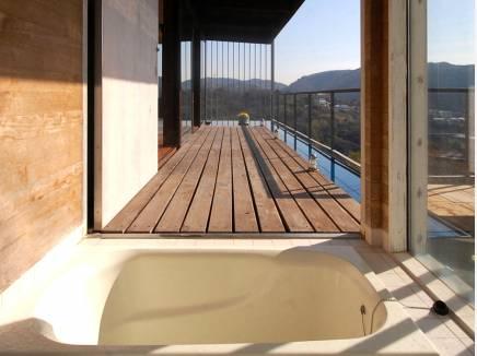 まるで露天風呂・・・景色を眺め開放的なバスタイムを楽しめます。