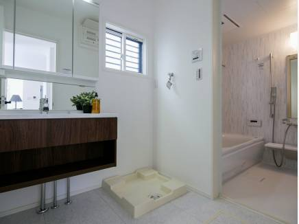 洗面室はスタイリッシュな雰囲気です