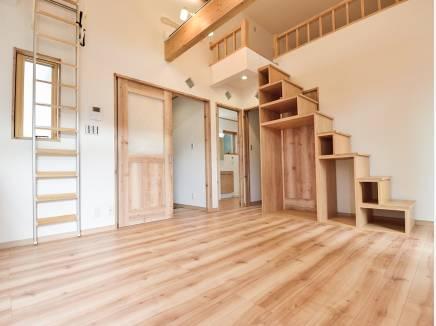 ロフトへの階段は見せる収納として使えます