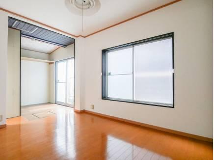 1階の洋室には勝手口があり、とても広々した空間