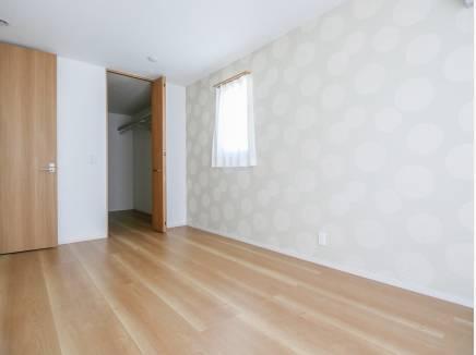 ウォークインクローゼットを完備した主寝室