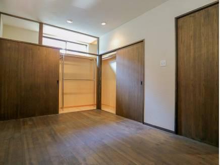 広い収納スペースを完備した洋室です。
