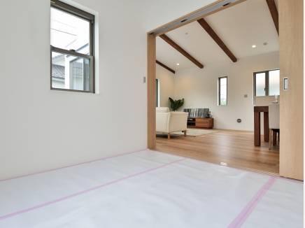 リビング横の和室はなにかと便利に使えそう(畳はこれから入ります)