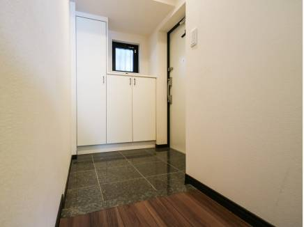玄関は白を基調とし、爽やかな印象に・・・
