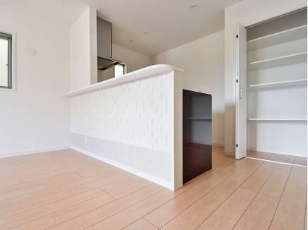 キッチン横にも収納スペースがあり、日用品も収納できそう