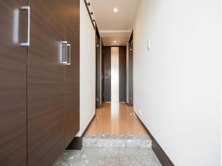 玄関収納も多く明るい雰囲気の玄関