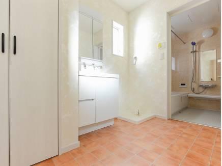 洗面室はゆとりの広さがあり朝もゆっくり支度ができそう