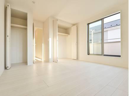 主寝室におすすめな8.5帖の洋室には2箇所に収納スペースを完備