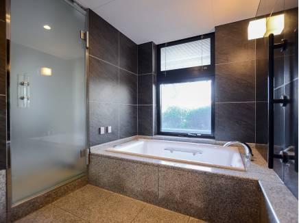 バスルームは広々としている贅沢なスペース