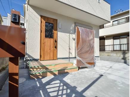 海辺の街らしい屋外シャワーを完備