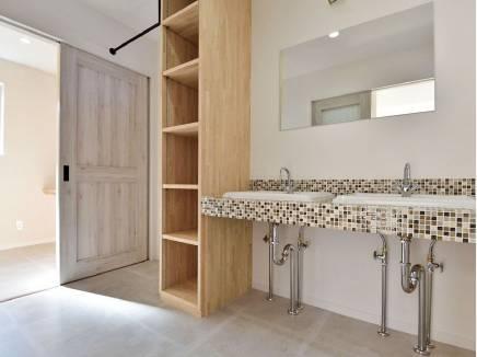 タイルがアクセントとなったお洒落なデザインの洗面室