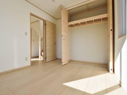 豊富な収納スペースを完備した洋室