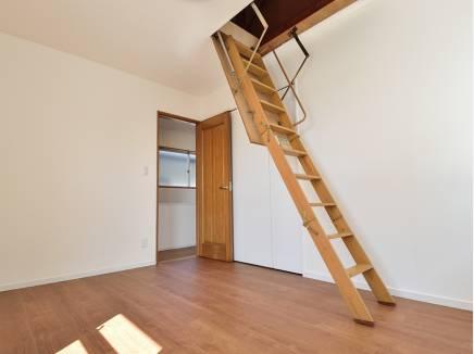 6帖の洋室には小屋裏収納を完備